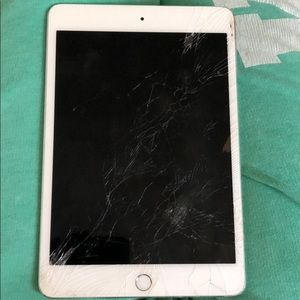 I-Pad 4 mini with a cracked screen